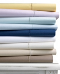 A good night's sleep starts with the pure cotton softness of this Martha Stewart Collection extra deep fitted sheet, featuring a smooth 400 thread count.